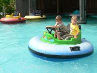 Familien Freizeitgestaltung Freizeitpark mit Bumper Boot