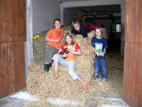 Urlaub Bauernhof Kinder spielen im Heu